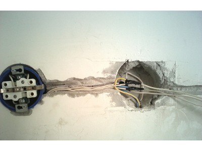 Электрические розетка и выключатель, перенос либо установка